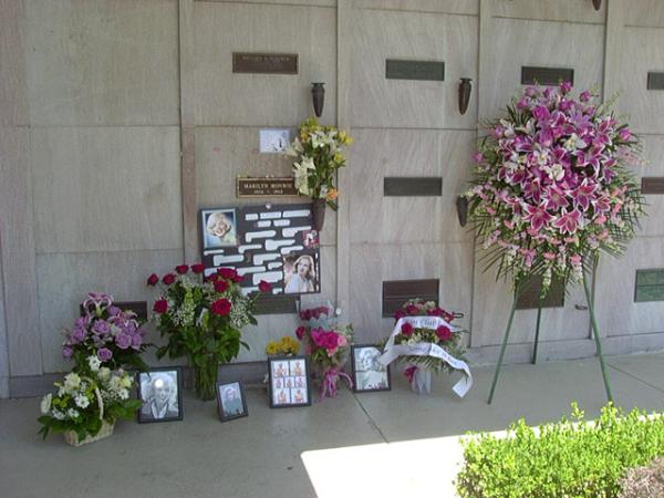 flowers_at_marilyn_grave-resized-600.jpg -