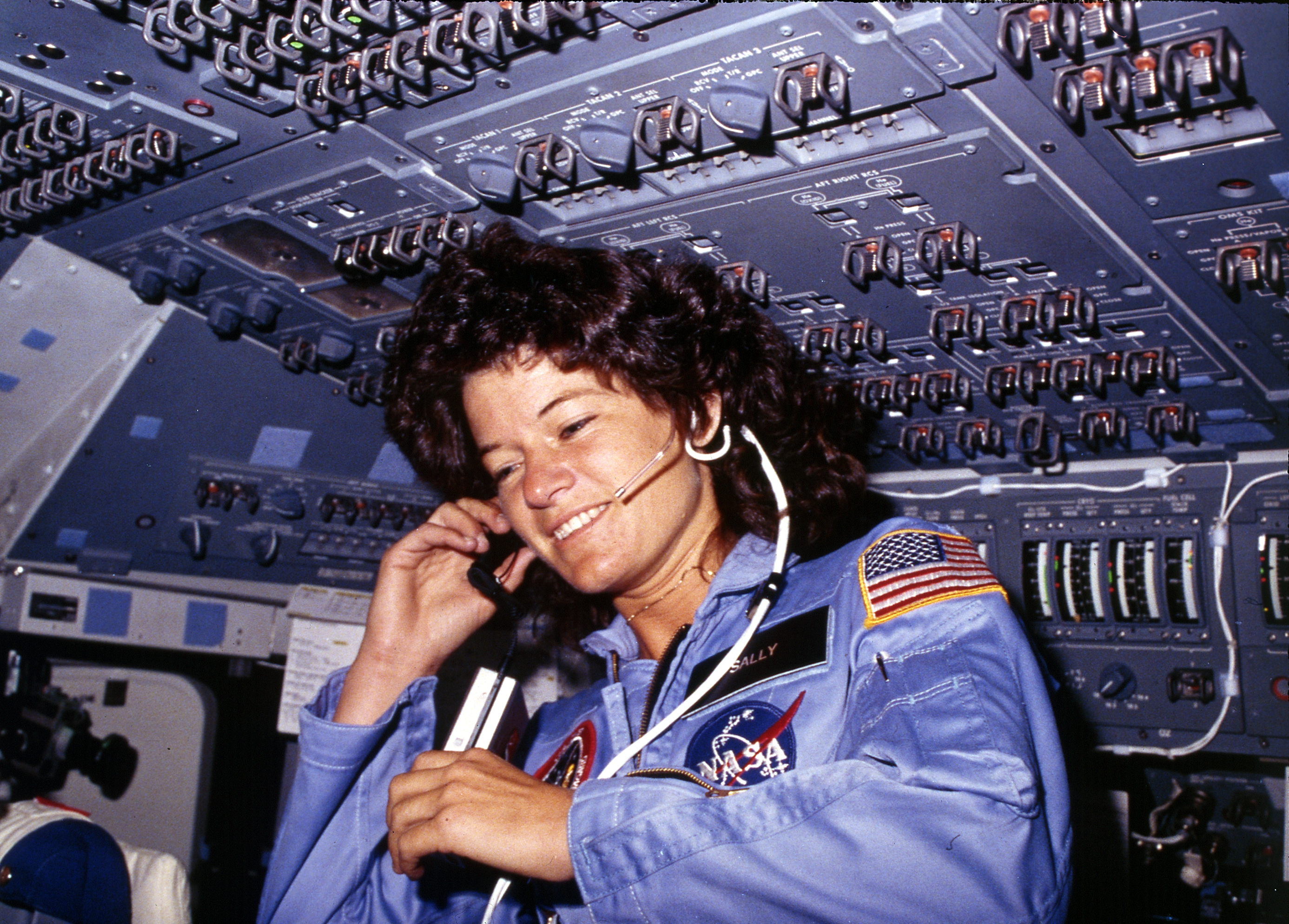 Sally_Ride,_America's_first_woman_astronaut_communitcates_with_ground_controllers_from_the_flight_deck_-_NARA_-_541940 -