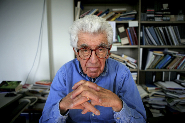 Dr. Barry Commoner at his office. - FILE -- Dr. Barry Commoner at his office in New York, May 16, 2007. Commoner, a founder of modern ecology and one of its most provocative thinkers and mobilizers, died Sept. 30, 2012 in New York at the age of 95. (Liz O. Baylen/The New York Times)