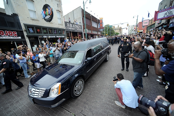a-hearst-carrying-the-body-of-b-b-king-during-the-funeral-procession-in-honor-of-him-on-may-27-2015-in-memphis-tn -